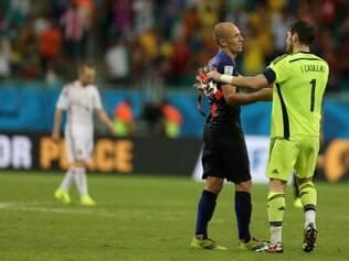 Robben e Casillas se cumprimentam após o apito final do árbitro