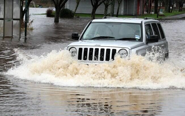 Atravessar uma enchente não é tão simples. Basta uma troca de marcha para fazer o carro parar e ficar lá boiando na água.