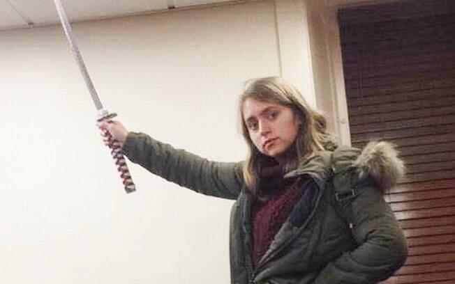 O fato de ninguém ter questionado a espada de Jenny fez a jovem questionar a possibilidade de racismo no alerta emitido pela universidade após um estudante negro aparecer com uma pistola de cola quente na instituição