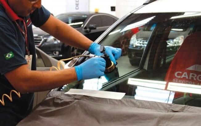 A resina aplicada sobre a trinca preenche a area danificada no para-brisa. Conserto leva cerca de 30 minutos