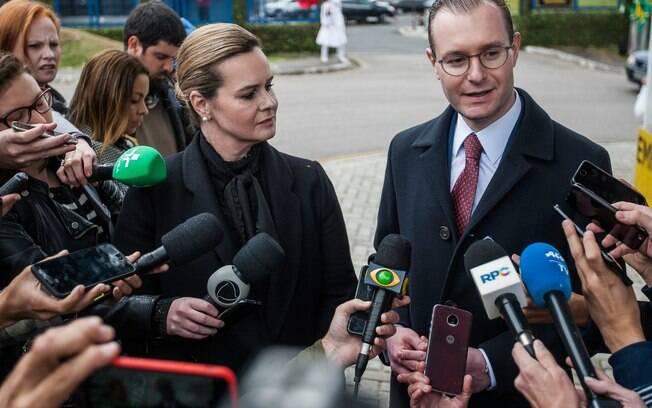 Advogados Valeska Teixeira e Cristiano Zanin falaram sobre a decisão da ONU em frente à Superintendência da PF no PR
