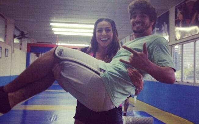 Sabrina Sato publicou foto dos bastidores do filme 'Aprendiz de Samurai' e brinca carregando o protagonista Caio Castro
