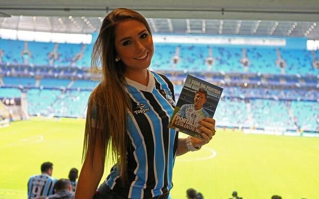 Carol Portaluppi acompanha estreia do pai na  Arena do Grêmio