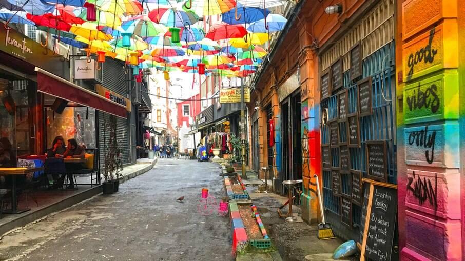 O bairro de Karakoy é um dos mais badalados de Istambul e reúne muitos turistas para a noite agitada