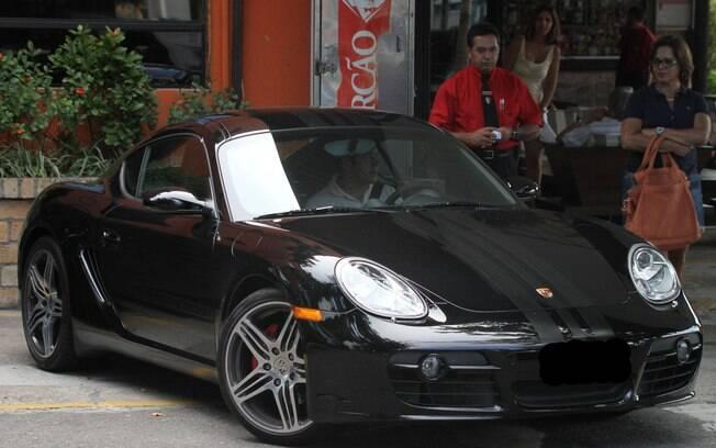 Murilo Benício, que é fã de carros, não gostou muito da presença dos paparazzi