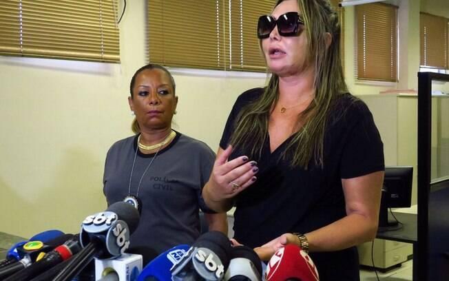 Elaine Caparroz foi agredida por quatro horas em um encontro com o lutador, que conheceu pela internet