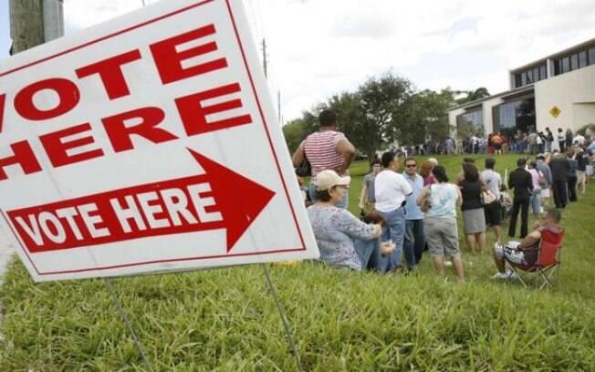 Centenas de eleitores aguardam em fila para votar em Fort Lauderdale, na Flórida; cerca de 30 estados americanos permitem a votação antecipada