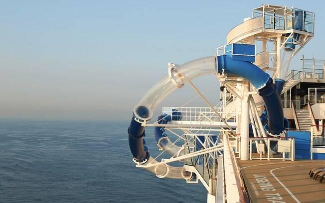 Nos cruzeiros da Norwegian Cruise Line também é possível encontrar tobogã com partes que passam sobre o mar