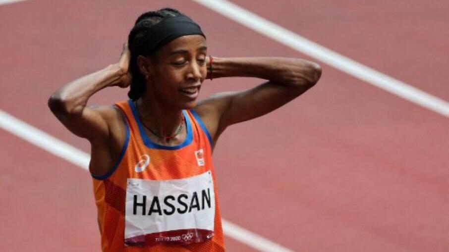Holandesa cai durante prova, se recupera e chega em primeiro nos 1.500m nos Jogos Olímpicos