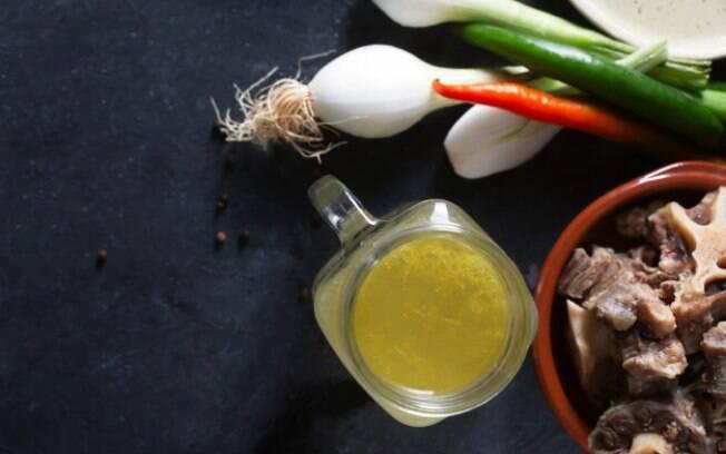 O caldo pode ser feito com aparas de carne, ossos de frango e até legumes