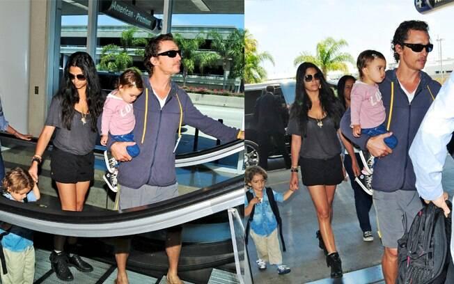 Matthew McConaughey e Camila Alves com os filhos, Levi e Vida, no aeroporto de Los Angeles, na Califórnia