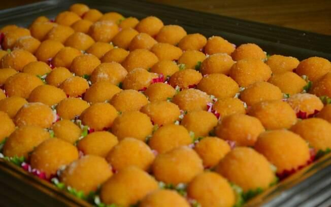 Não serve só como cobertura! Se você preferir, o brigadeiro de cenoura também é uma ótima opção para a decoração de festas.