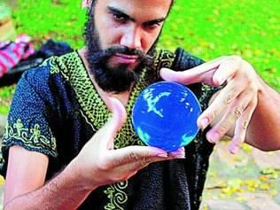 Mostra. Nome novo na cena de BH, Téo Nicácio divide a atividade de músico com a de artista de rua