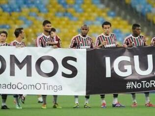 Atletas do Fluminense entraram com cartazes de apoio ao Tinga e contra o racismo