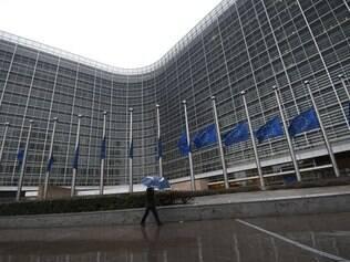 As bandeiras da União Europeia estão a meio mastro, após atentado terrorista na França
