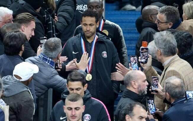 Neymar agrediu torcedor ao subir nas arquibancadas para pegar medalha de vice-campeão