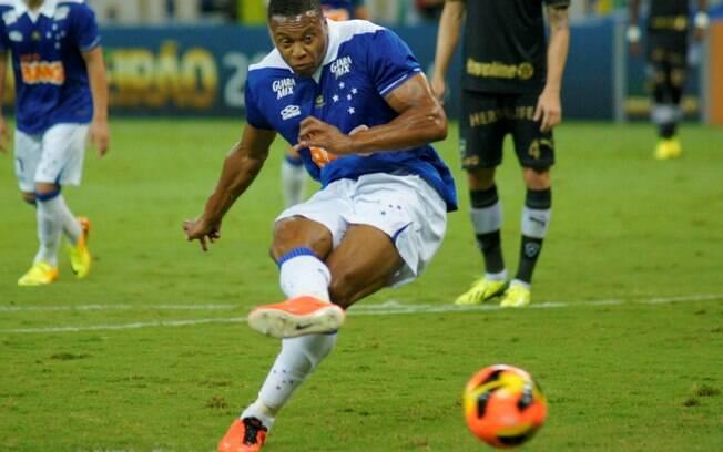 Julio Baptista cobra pênalti e marca para o Cruzeiro