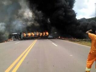 Caminhão carregado de combustível tombou nas duas pistas e pegou fogo