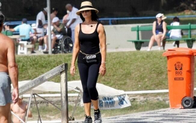 Luiza Brunet exibe ótima forma em caminhada pela orla, no Rio