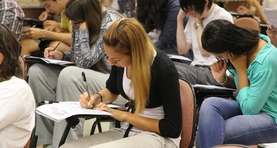 Jovem brasileiro depende de programa para estudar