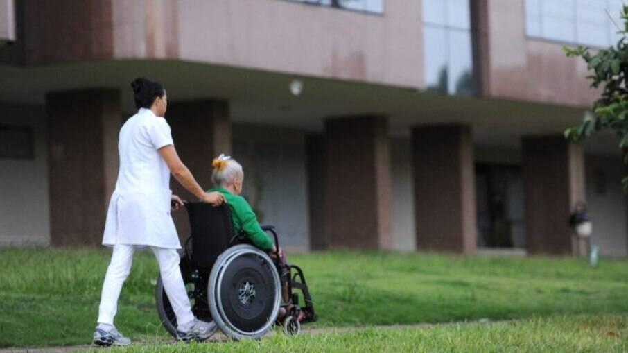 Projeto prevê que despesas com cuidadores possa ser deduzida no Imposto de Renda.