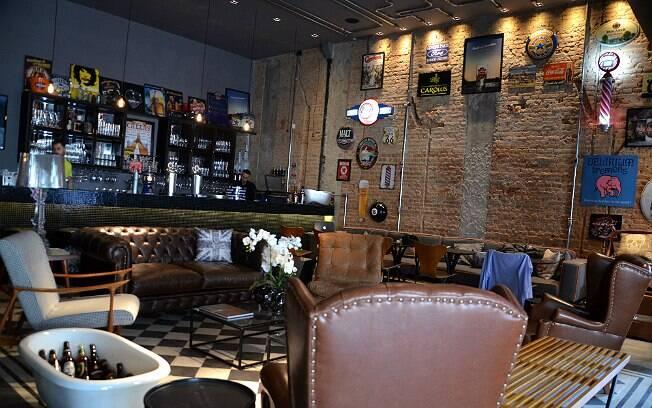 Ambiente do misto de barbearia e bar de cervejas especiais, em São Paulo