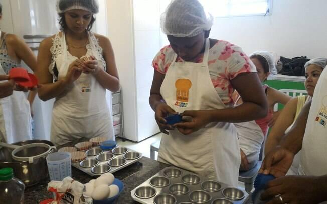 Alunas ajudam a preparar a forma dos cupcakes