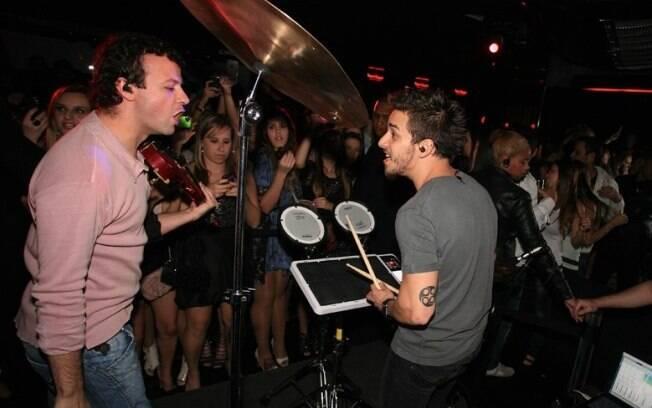 O violonista, Amon Lima, e o baterista, Júnior Lima, agitam a balada com seu projeto eletrônico Dexterz