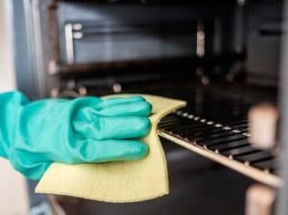 Para facilitar a limpeza, alguns fornos vêm com uma função que derrete todos os resíduos