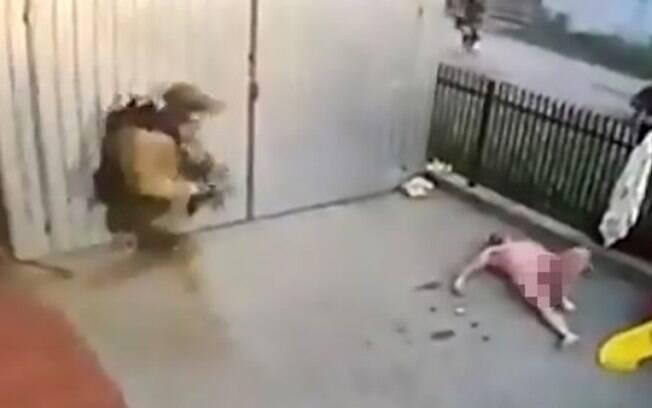 Rapaz sofreu lesões nas pernas e nas mãos; ele foi imobilizado e detido pelos oficiais das Armas e Táticas Especiais  (Swat)