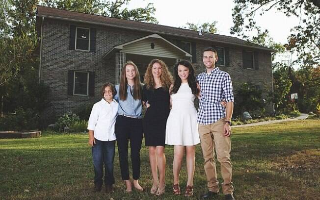 Cara e seus quatro filhos, anos depois de se livrar de um relacionamento abusivo, construindo a própria casa