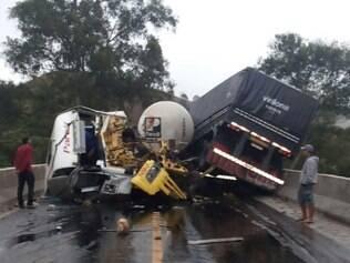 Carretas bateram de frente em cima de um viaduto da BR-040
