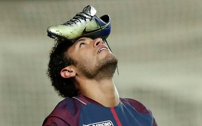 Neymar comemora o gol em cima do Amiens pela Copa da Liga Francesa com chuteira na testa