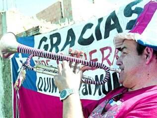 Expectativa é que Belo Horizonte receba entre 30 mil e 40 mil chilenos. E eles são animados. À porta da Toca da Raposa II, onde La Roja treina, eles já fazem festa e apoiam sua seleção rumo ao título