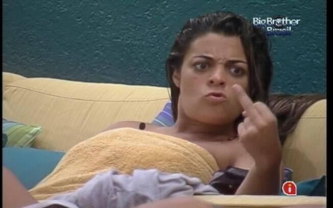 Monique imita o gesto obsceno de Yuri para João Carvalho