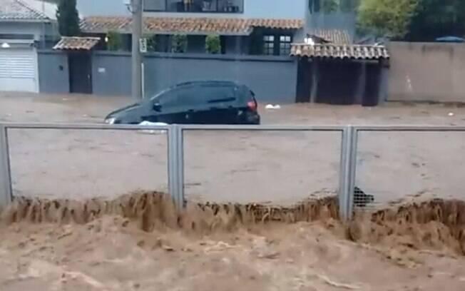 Imagens impressionantes mostram a dimensão da chuva que castigou a cidade neste sábado