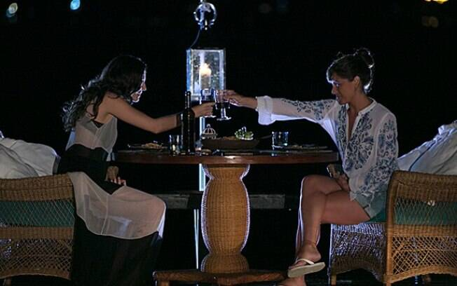 Marina e Clara têm jantar romântico