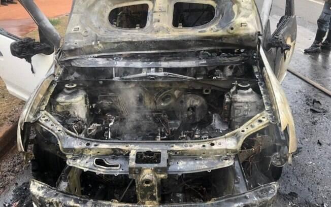 Carro fica destruído após pegar fogo em Nova Odessa