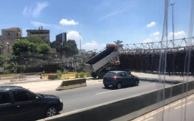 Após caminhão colidir com a passarela de pedestres na Avenida Brasil, via fica interditada