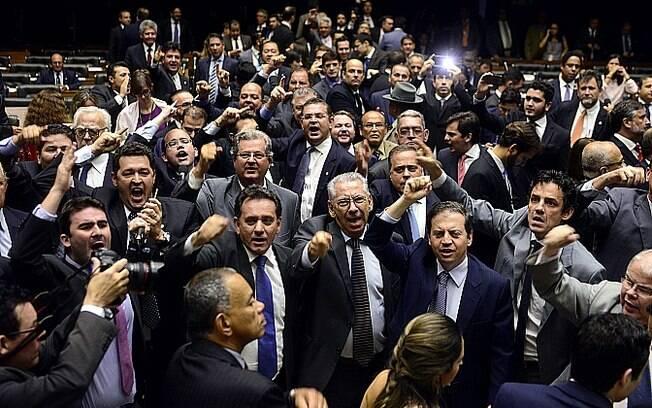Sessão no plenário foi interrompida por gritos de guerra dos parlamentares nesta quarta-feira
