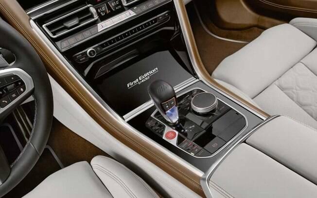 Luxo, requinte e sofisticação regam o seu interior, como se fosse apenas um carro do segmento de luxo
