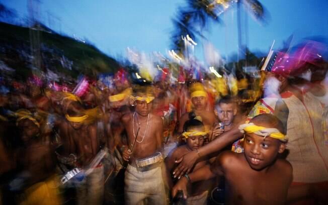 Crianças dançam axé pelas ruas de Salvador