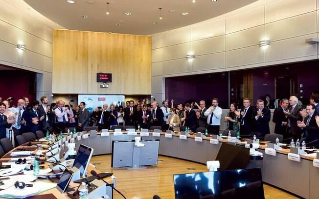 Representantes do Mercosul e da União Europeia comemoram o fim das negociações, em Bruxelas