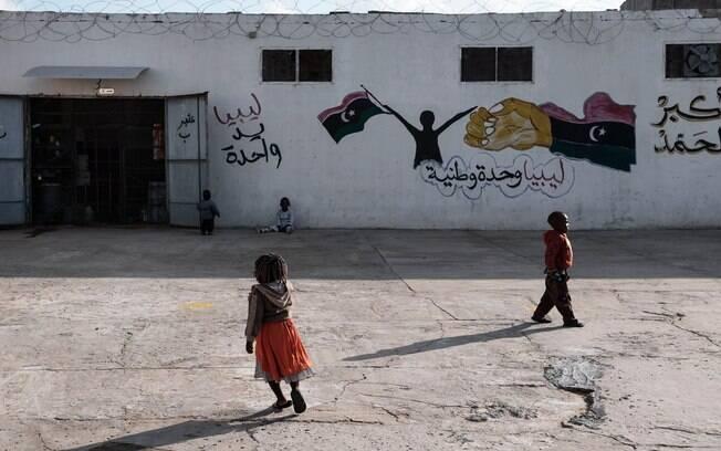 Mulheres e crianças são espancadas e estupradas em campos de refugiados na Líbia