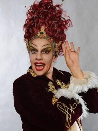 Rosi Campos como a bruxa Morgana