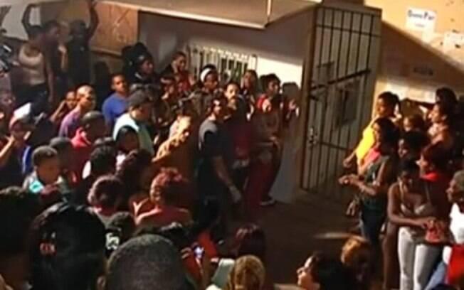 Parentes se desesperam no portão da penitenciária de Pedrinhas, no Maranhão, durante a rebelião