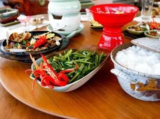 Colocar os alimentos em uma mesa separada facilita o momento dos convidados se servirem