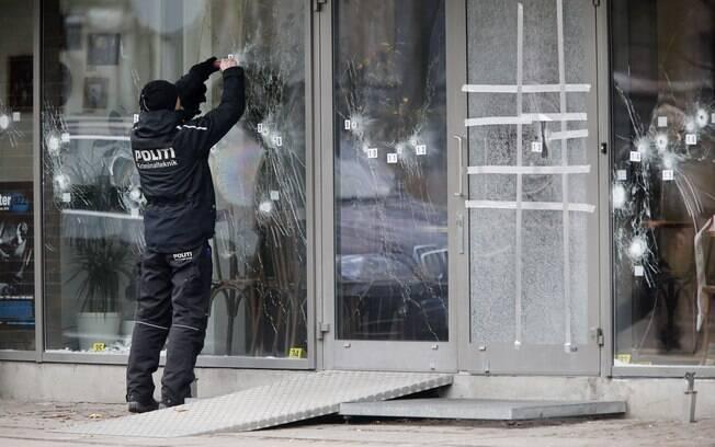 Investigador de polícia trabalha no local onde houve ataque terrorista em um evento sobre liberdade de expressão em Copenhague, Dinamarca