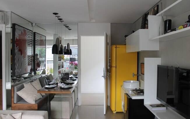 No imóvel paulistano de 40 m², uma cuba de lavabo foi instalada no lugar da pia da cozinha