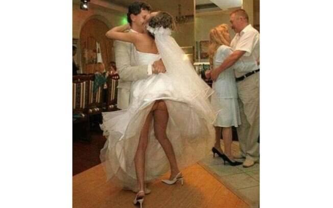 O bumbum da noiva apareceu durante a dança